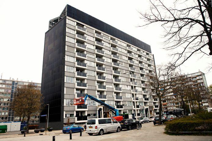 Flat aan de Henriëttedreef waar bewoners klagen over renovatiewerkzaamheden. De flat heeft zonnepanelen op de balkons en op de zijgevel.