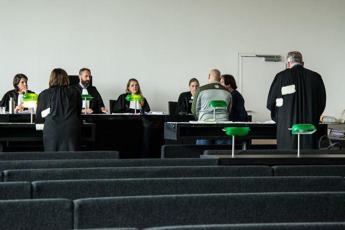 De dader voor de rechtbank tijdens de behandeling van de zaak.