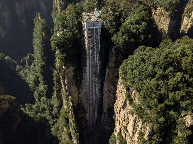 De meer dan 300 meter hoge lift langs de rotsen bij Zhangjiajie is een van de attracties die voorlopig stilstaan.  Beeld AFP