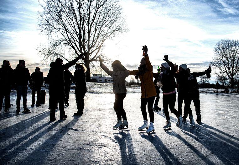 Een polonaise op schaatsen, 14 februari. Beeld Koen Verheijden
