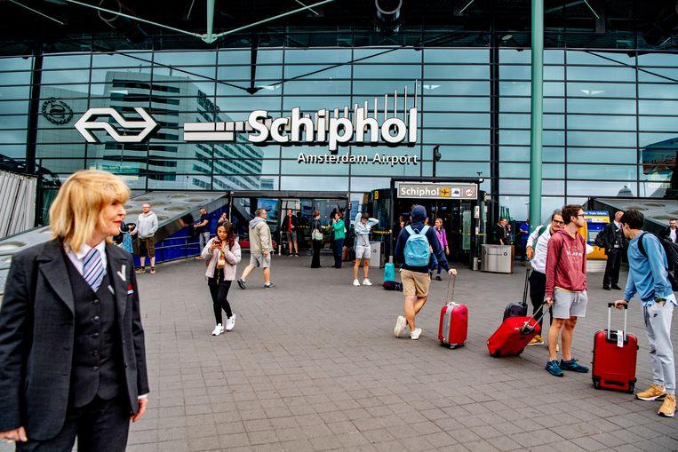Een beveiliger aan het werk op luchthaven Schiphol.  Beeld Hollandse Hoogte / Robin Utrecht