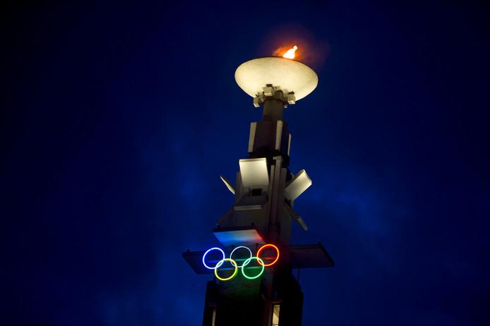 Bij het Olympisch Stadion brandt de olympische vlam voor het behalen van medailles bij de winterspelen in Sotsji.
