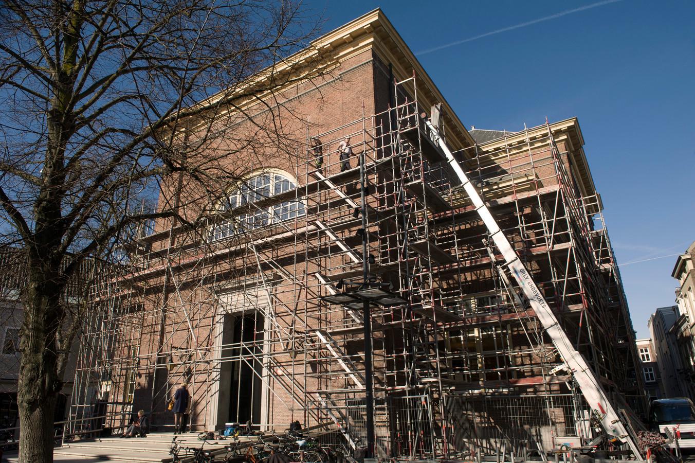 De Grote Kerk aan het Kerkplein wordt in de steigers gezet voor onderhoud