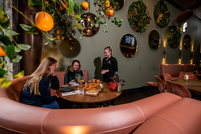 Over de Tong ging eten bij restaurant Prins Mauritshuis in Blokzijl, op de foto de nieuwe restaurantruimte Club Orange.