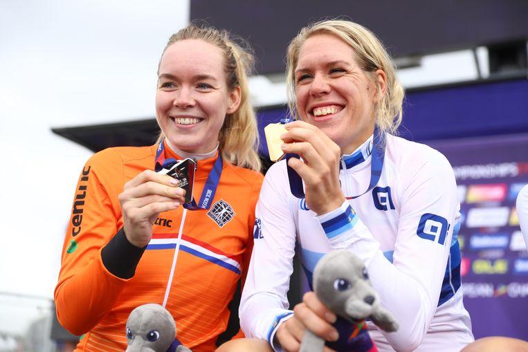 Anna van der Breggen met zilver en Ellen van Dijk met goud dat ze haalden bij de Europese tijdrit in Glasgow. Beeld Getty