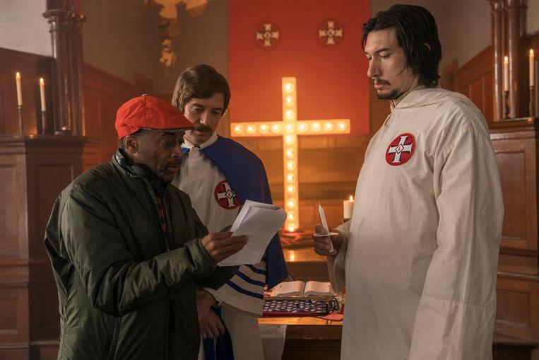 Regisseur Spike Lee (l.), met acteurs Topher Grace (m.) en Adam Driver op de set van 'BlacKkKlansman'.  Beeld AP