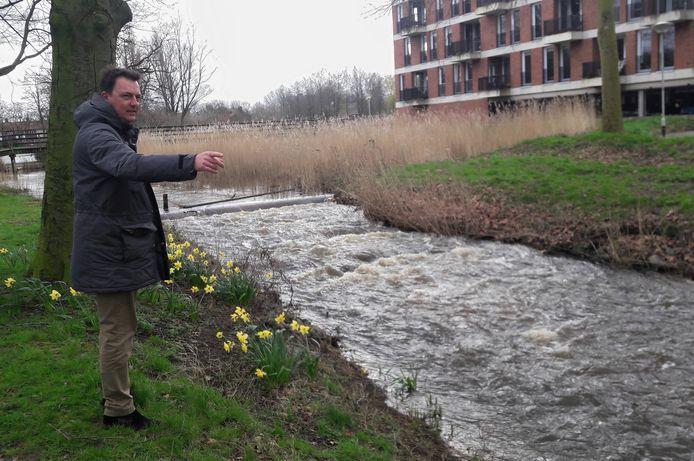 De Bredase wethouder Paul de Beer bij de Molenleij in de wijk Brabantpark.