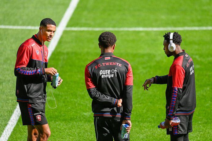 Jayden Oosterwolde(links) zat zondag op de bank bij FC Twente. Naast hem Denilho Cleonise en Virgil Misidjan.