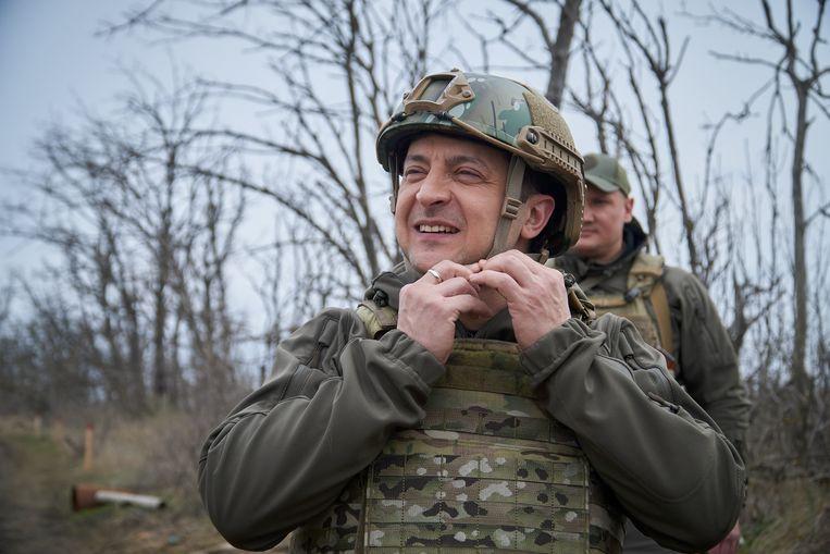 De Oekraïense president Zelenski tijdens een bezoek eerder deze maand aan een gebied dichtbij de frontlinie met door Rusland gesteunde separatisten in het oosten van het land.  Beeld Reuters