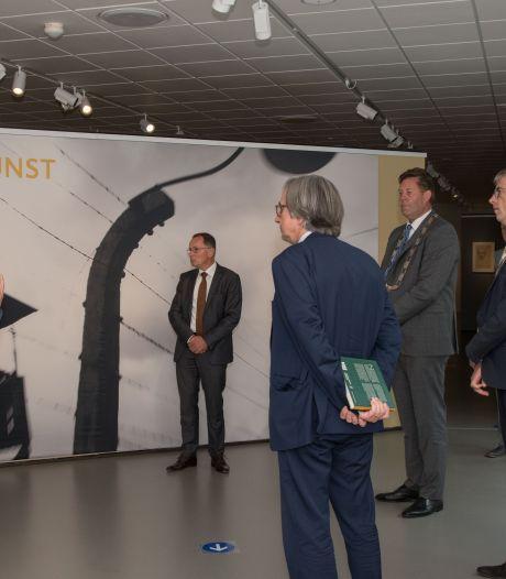 Duitse ambassadeur onder de indruk van expositie in Noord-Veluws museum: 'Erinneren und aufpassen'