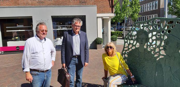 Van links naar rechts: George ten Brummelhuis, Jaco Segers van Elizen Vastgoed en Sjoukje Metternich van 't Spijker bijeen bij het nieuwe terras.