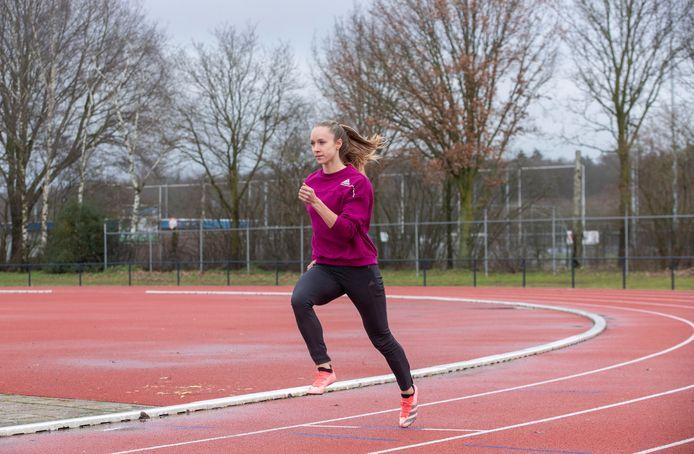 Eva Hovenkamp op de atletiekbaan in Ede.
