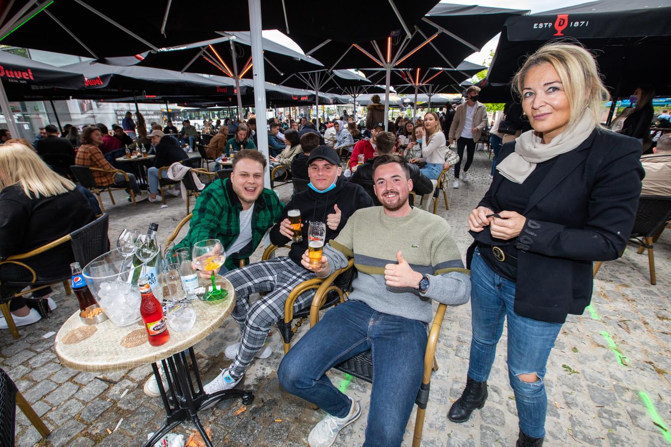Ook vriendengroep Yasmine, Lennert, Rafael en Nick zijn van de partij.