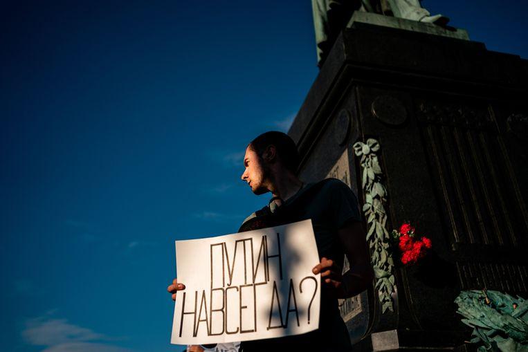 Een man in Moskou draagt een bord met de tekst 'Is Poetin voor altijd?' terwijl hij protesteert tegen de grondwetswijziging.  Beeld AFP