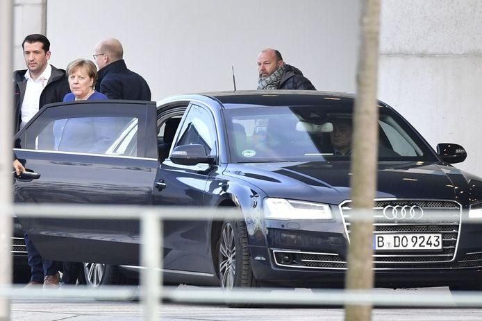 Bondskanselier Angela Merkel (tweede van links) en Ralph Brinkhaus (derde van links), leider van de parlementaire groep van de conservatieve CDU/CSU verlaten de kanselarij in Berlijn na het crisisberaad.