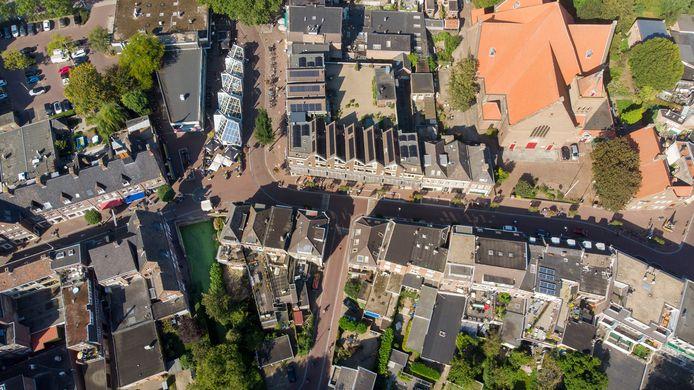 Luchtfoto van het gebied waar de doorgetrokken stadsgracht moet gaan lopen. Nu stopt het water (het groene vlak links) bij het begin van de Hoogstraat.