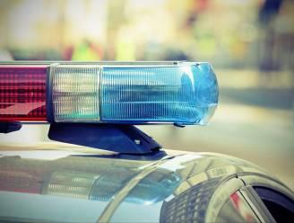 Automobilist lichtgewond na knal op geparkeerde wagen