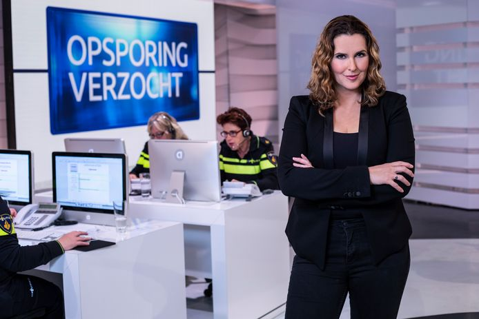 Presentatrice Anniko van Santen tijdens opnames van het programma Opsporing Verzocht.