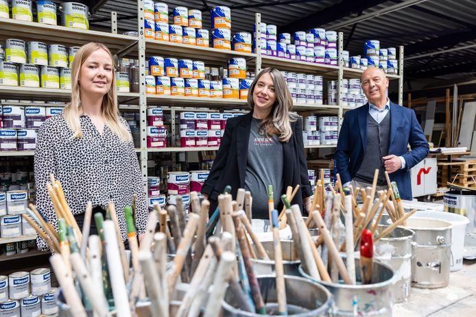 Maas Vastgoed onderhoud uit Tilburg bestaat 100 jaar. Dochters Sophie (links) en Annemarie nemen het bedrijf langzaam over van vader Ruud Maas (rechts) .