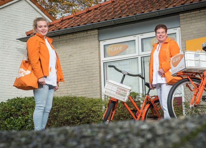 """Daniëlle de Wilde (links) en haar collega Fieneke Switters komen in hun werk in de wijkverpleging momenteel alleen nog bij coronapatiënten. ,,Mensen zijn heel erg ziek."""""""