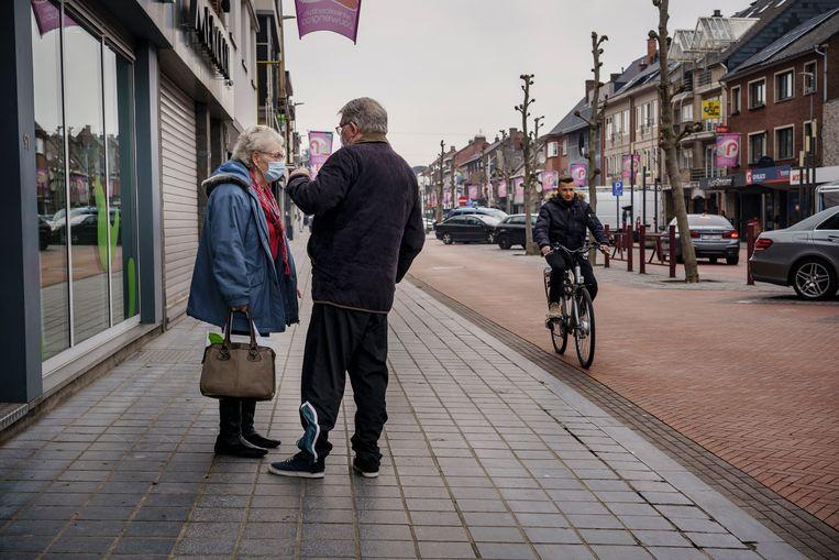 Passanten in de winkelstraat Pauwengraaf  in Maasmechelen. Beeld Eric de Mildt
