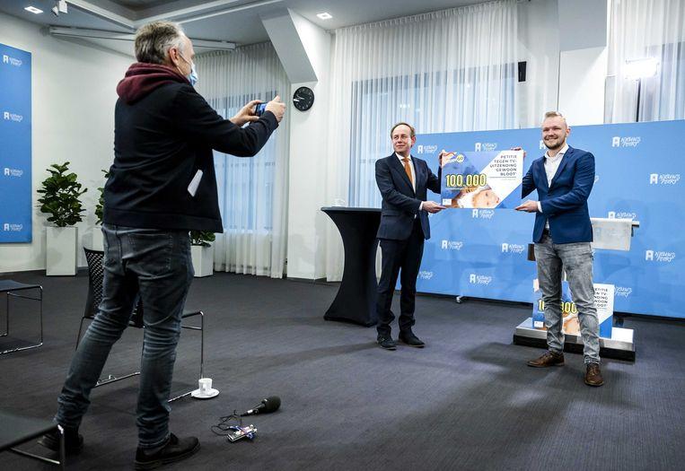 SGP-fractieleider Kees van der Staaij neemt een petitie tegen het tv-programma 'Gewoon Bloot' in ontvangst. Beeld ANP