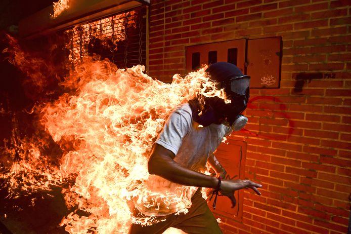 De World Press Photo van 2017. Mei, 2017, José Balza vat vlam tijdens rellen in Caracas, Venezuela. Foto Ronaldo Schemidt_Agence France-Presse
