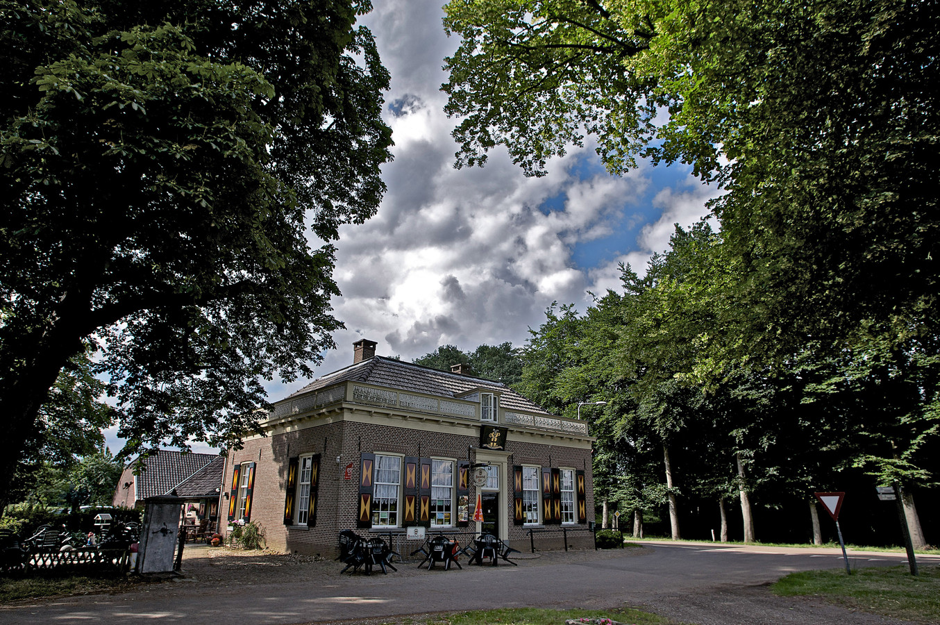 Het Wapen van Heeckeren is een rijksmonumentaal pand op een prominente plek langs de weg tussen Hummelo en Zelhem.