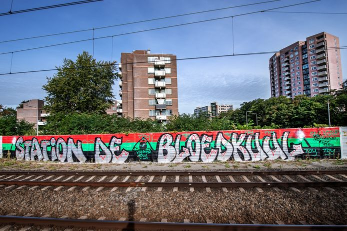 Station de Bloedkuul. Sinds kort is de graffiti zichtbaar op station Nijmegen De Goffert.
