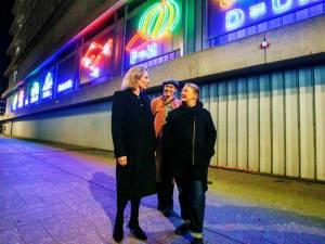 Ken je de REBUS nog? Het neonkunstwerk keert terug aan het Beatrixgebouw aan het Jaarbeursplein