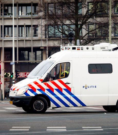 Kisten vol oefenwapens vallen uit politiebusje bij Lelystad en zijn al dagenlang spoorloos