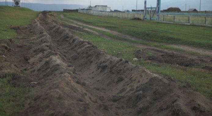 Les autorités ont creusé des tranchées autour du village pour empêcher les gens d'y accéder facilement.