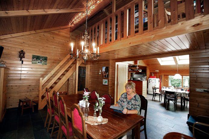 Ria Beijer in de woonkamer van haar houten huis in Sleeuwijk.