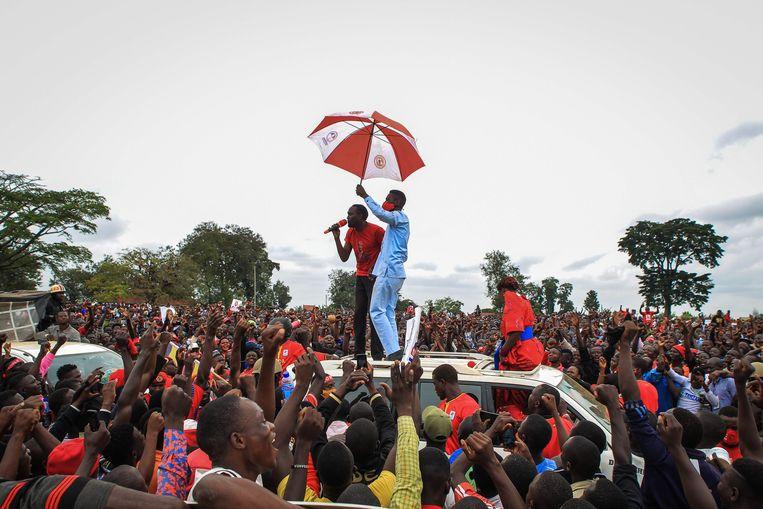 Bobi Wine op campagne, vlak voordat hij werd gearresteerd.  Beeld AFP
