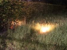 Berm in brand gestoken in Barneveld: brandweer ruikt flinke benzinelucht