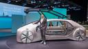 Laurens van den Acker bij de EZ-Go, een conceptauto van Renault.