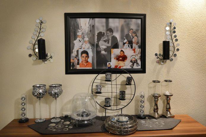 Een hoekje in het huis van zijn ouders met foto's van Onur.