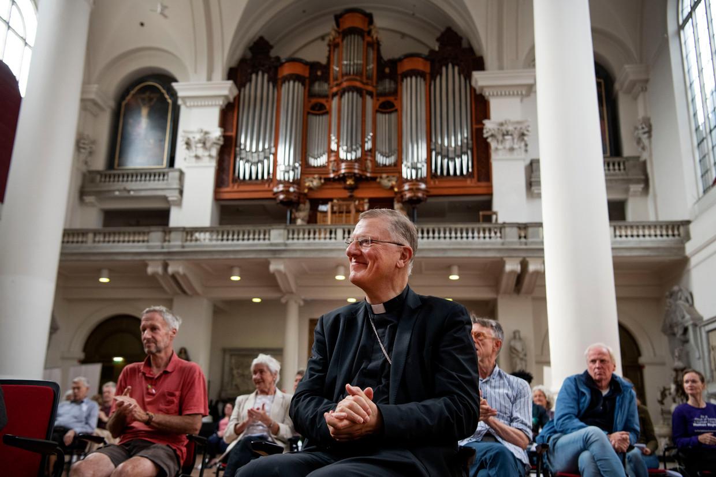 Bisschop Jan Hendriks in de Mozes en Aäronkerk aan het Amsterdamse Waterlooplein.