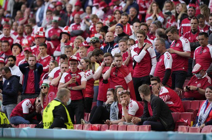 Ontzetting bij de Deense fans als Christian Eriksen op het veld wordt gereanimeerd.