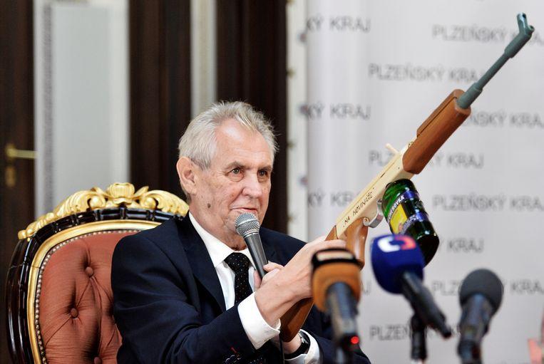 President Milos Zeman (Tsjechië) met een nep-kalasjnikov. Beeld AP