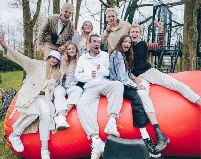 De originele acht deelnemers van 'The Social House'. Beeld Wünderbaar