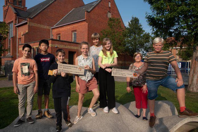 Acht klasgenoten (eentje niet op foto) zamelden geld in voor het goeie doel.