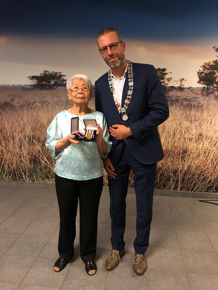 Lien Kessels-Kho heeft uit handen van loco-burgemeester Erik de Vries militaire onderscheidingen gekregen voor haar in 2012 overleden  man Henri Kessels.