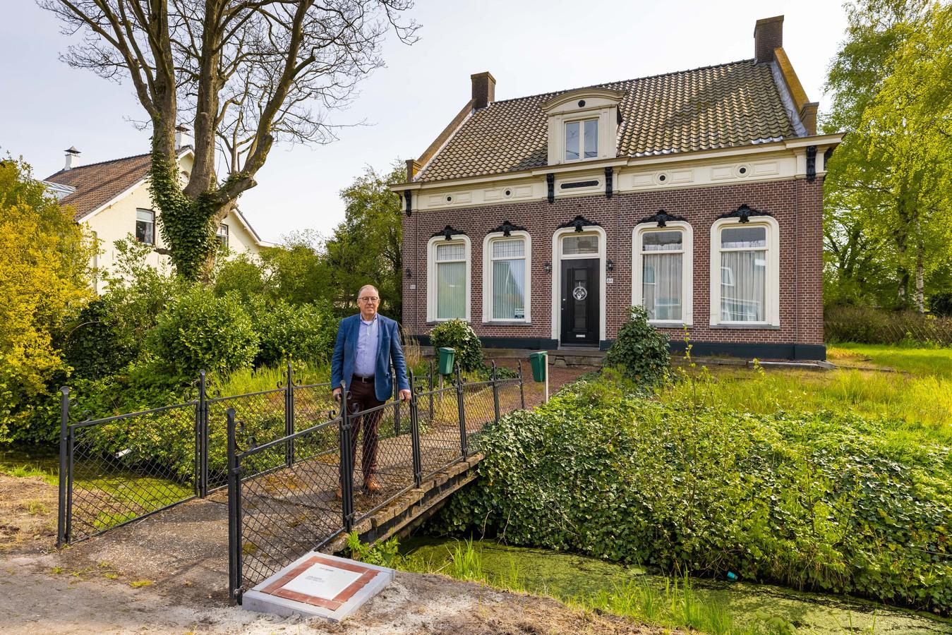 Piet Pruijssers bij de gedenksteen voor Leon Hartog die op 9 april uit Sprang Capelle vertrok om zich te melden bij Kamp Vught. Op  21 mei werd hij vermoord in Sobibor.