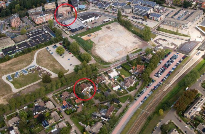 Het drugslab (cirkel onder) zat vlak bij het politiebureau (cirkel boven)