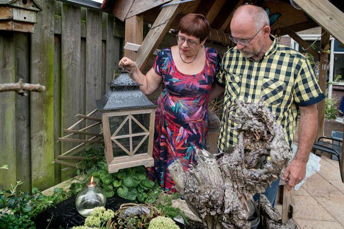 Marjoleine en Peter Killaars in hun achtertuin bij de gedenksteen van de doodgeboren Agnes.