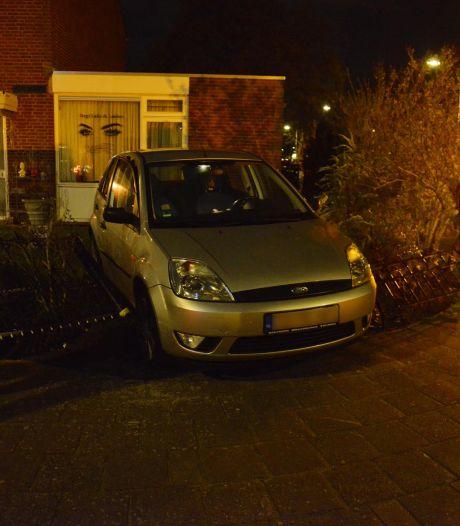 Auto komt in voortuin terecht na aanrijding in Breda