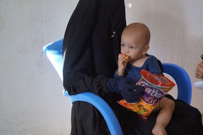 Een Nederlandse Syriëgangster met haar zoontje in het Koerdische vluchtelingenkamp Ain Issa.