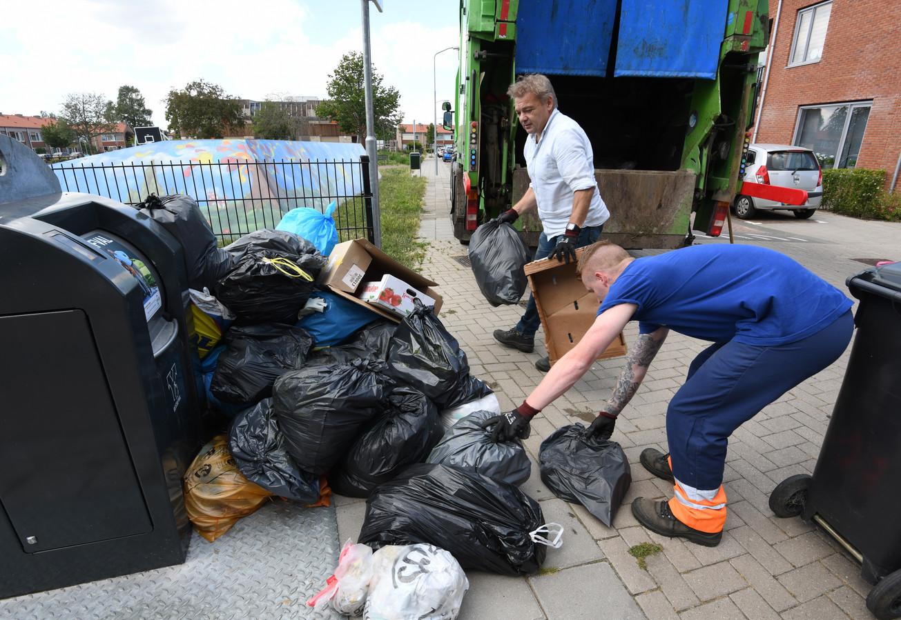 Naast een ondergrondse container in Tiel zijn heel veel losse zakken gezet. Dit gebeurde in het laatste weekend het wegbrengen nog gratis was.