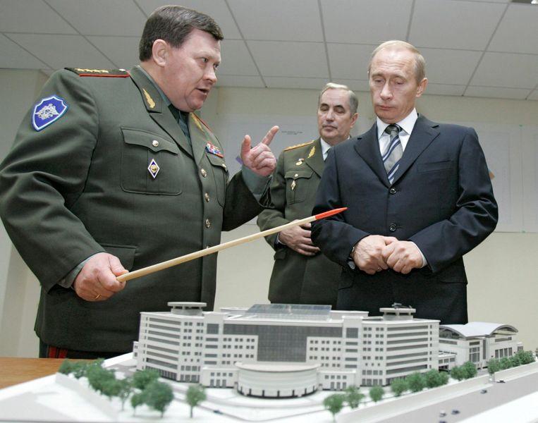 Poetin kijkt samen met inlichtingenchef Korabelnikov (links) naar een maquette van het  op dat moment nog nieuwe hoofdkwartier van de GROe. Beeld EPA